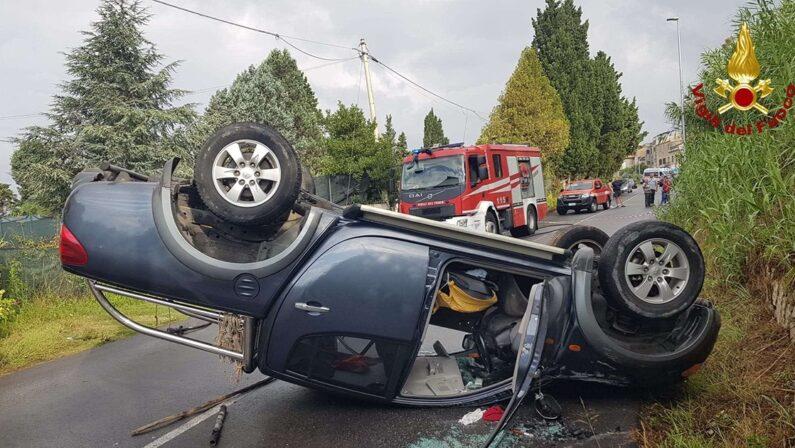 Tragedia sfiorata a Vibo Valentia, cade un masso dal costone e un'auto si ribalta