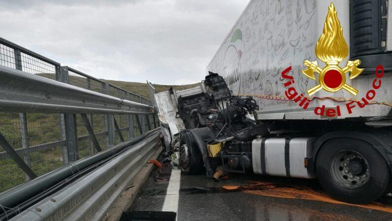 Autoarticolato perde il controllo in autostrada, ferito gravemente un uomo