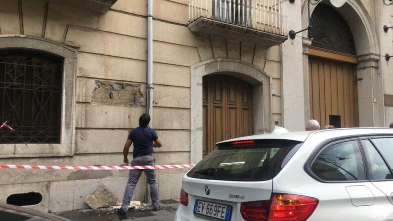 Avellino, crolla un pezzo di muro da Palazzo De Peruta