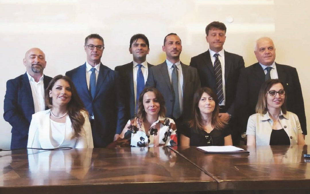 Il sindaco Guarente con i componenti della sua giunta il giorno in cui fu ufficializzata