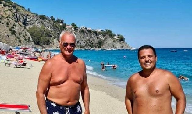 Estate in Calabria, mister Claudio Ranieri al mare a Caminia