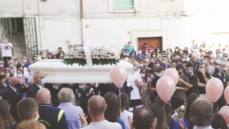 Palloncini bianchi salutano Silvia a Irsina, i funerali della ragazza 17enne caduta da un muretto