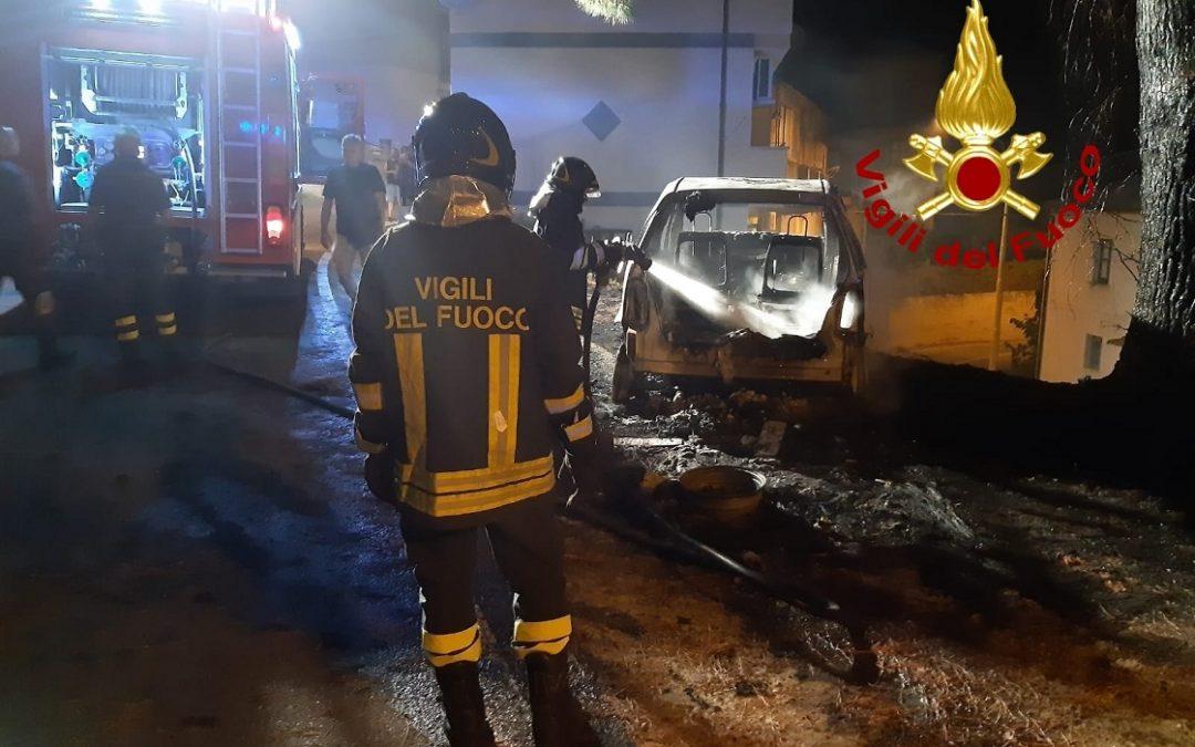 L'autovettura distrutta da un incendio