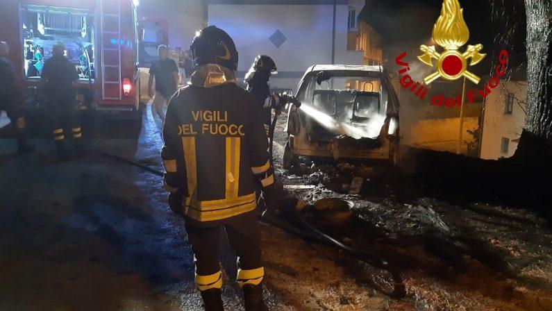 Auto incendiata nel Catanzarese, trovati residui per accelerare combustione: indagini