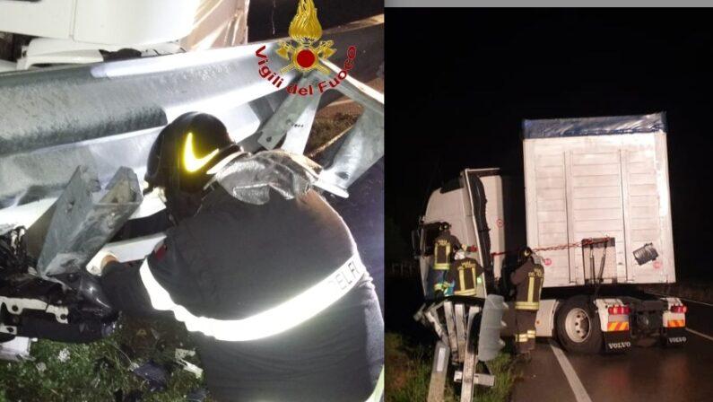 Autoarticolato sbanda ed ostruisce la carreggiata sulla SS7 Bis a Sant'Andrea di Conza, l'intervento dei Vigili del Fuoco