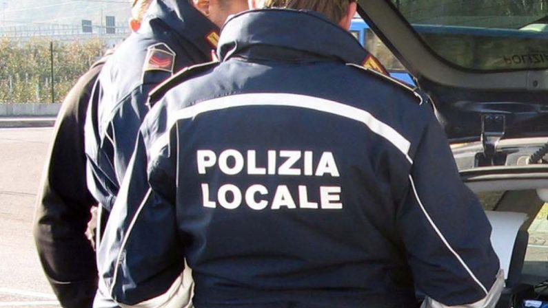 In fuga con un uomo sul cofano investito poco prima, denunciato a Reggio