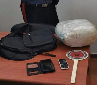 Droga: zaino in spalla con tre chili di marijuana, arrestato nel Reggino