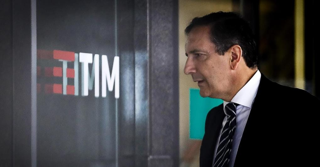 Luigi Gubitosi davanti la sede Tim