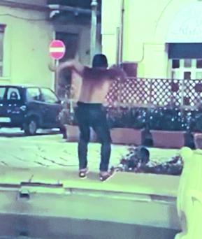 Si tuffa nella fontana e il video viene postato sui social, giovane denunciato nel Potentino