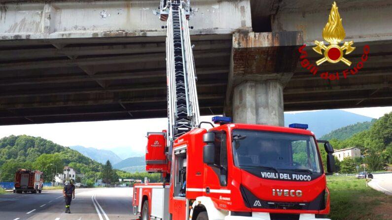 Caduta calcinacci giù dal ponte, tratto Ofantina Bis chiuso al traffico fino a domani