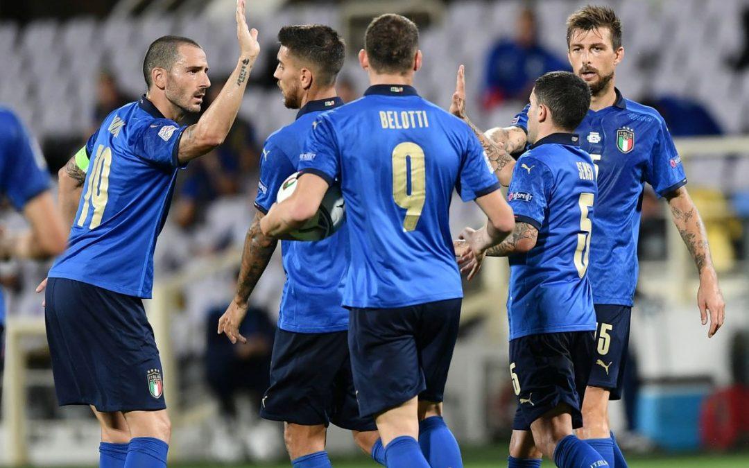 I calciatori azzurri festeggiano dopo il gol del pareggio