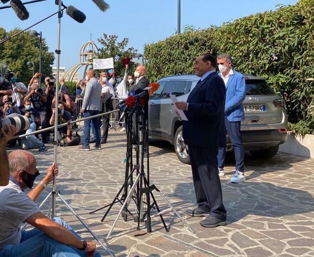 Silvio Berlusconi dimesso dal San Raffaele: «Non sottovalutate il pericolo»
