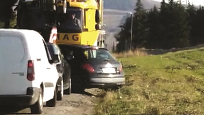 Mini eolico, ricomincia la battaglia, a Piani del Mattino auto bloccata per far passare una gru