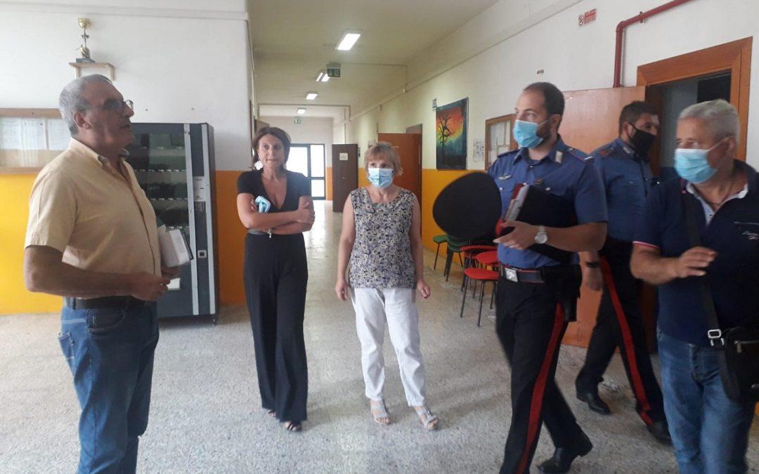 I carabinieri giunti a scuola per avviare le indagini