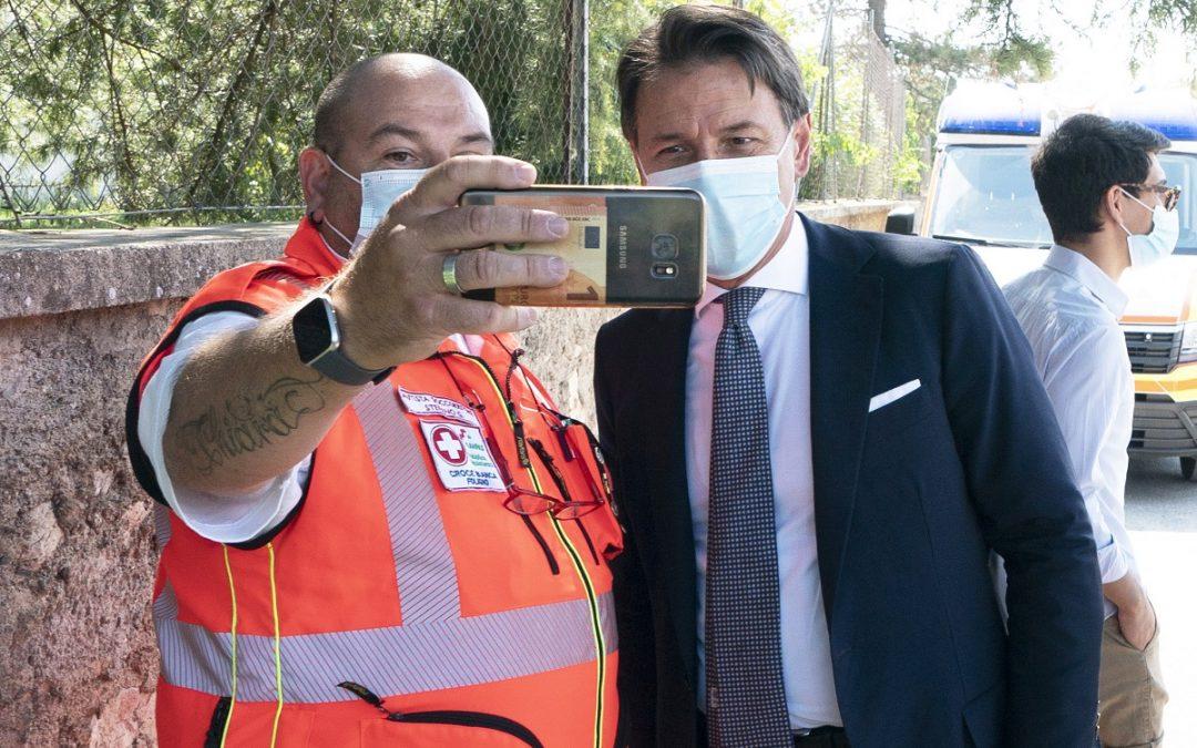 Il presidente del Consiglio Giuseppe Conte concede un selfie ricordo a Norcia
