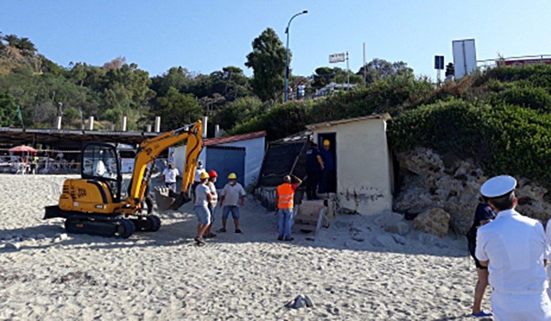 Abusivismo sulla Costa degli dei, demolito, alla presenza del prefetto, un immobile sulla spiaggia