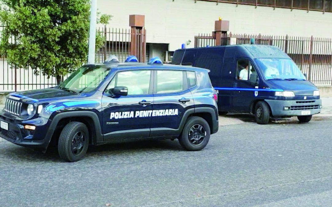 I furgoni della Penitenziaria che ieri mattina hanno portato gli arrestati in tribunale