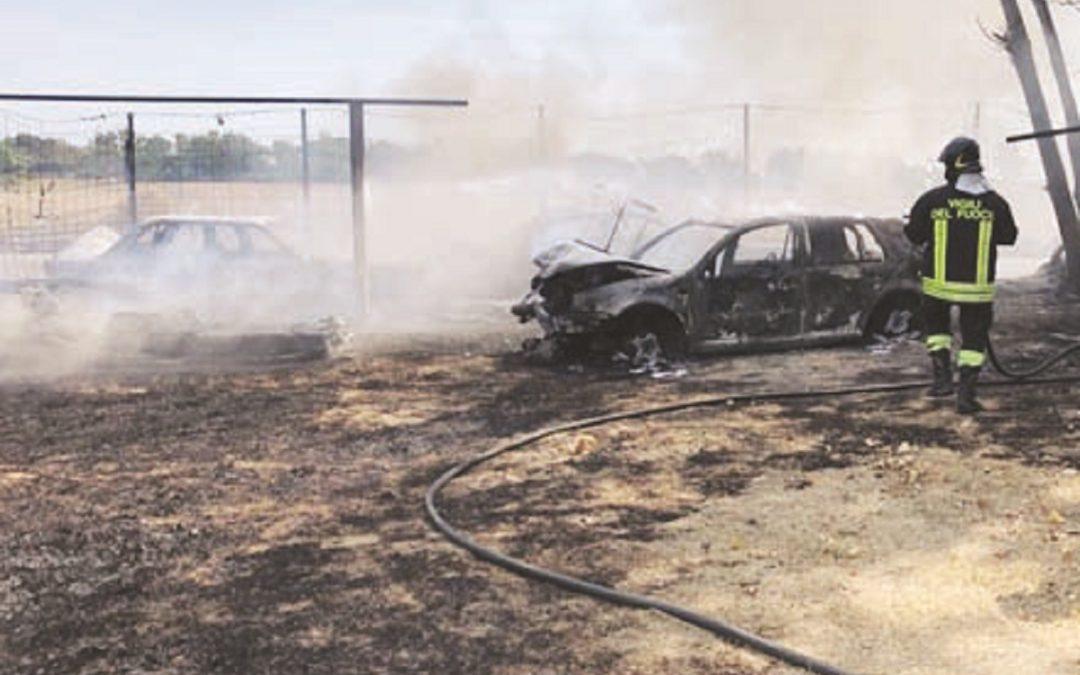 I vigili del fuoco impegnati nello spegnere le fiamme