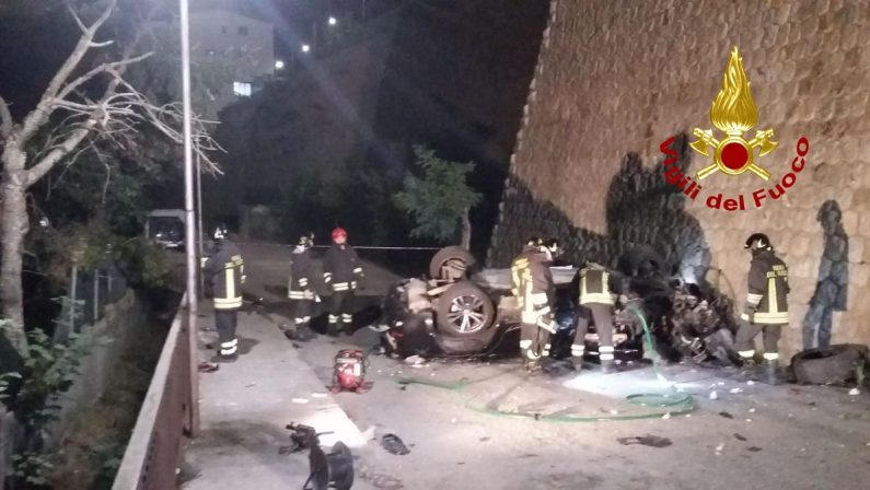 Auto precipita da venti metri e si schianta al suolo, il conducente morto sul colpo