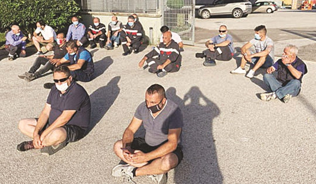 Elettra, paura durante il sit-in: I sindacati: «Il titolare ha tentato di investire alcuni operai»