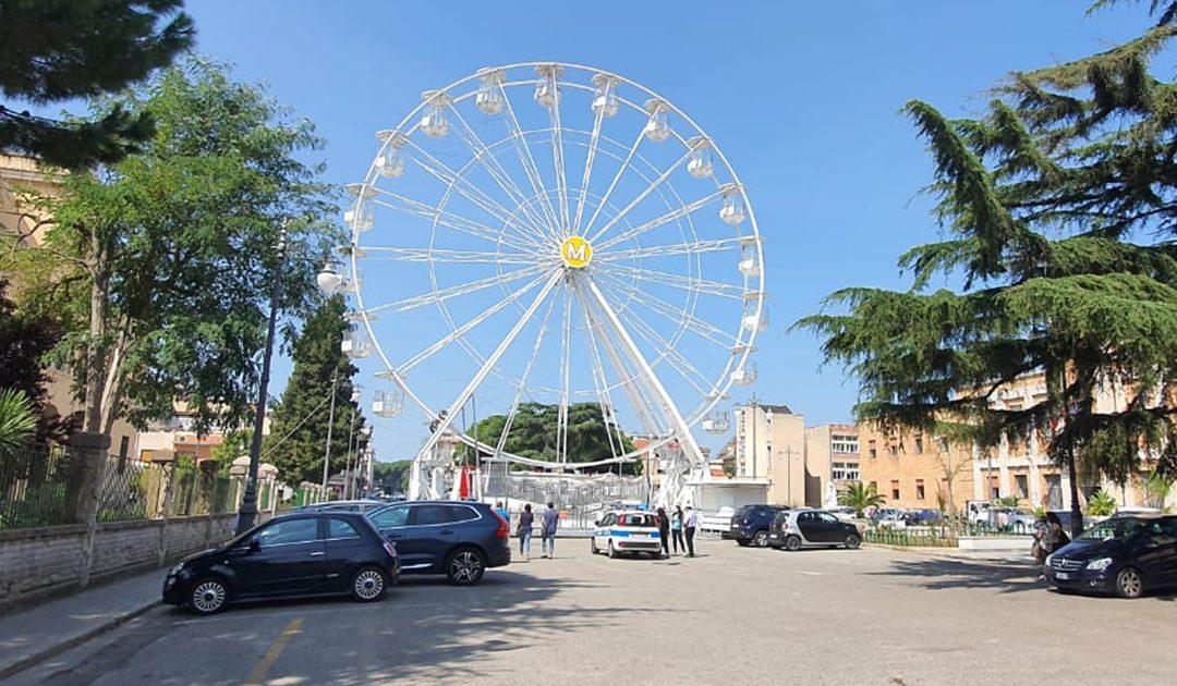 La ruota panoramica in piazza municipio