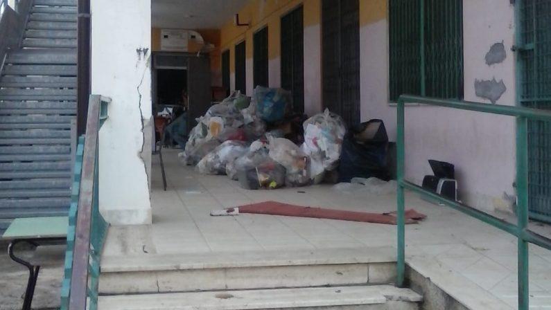 """Sommerso dai rifiuti l'istituto Comprensivo """"Amerigo Vespucci"""" di Vibo Marina"""