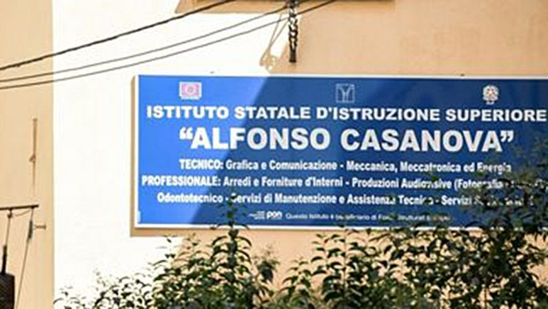 A Napoli, studenti falegnami per fare i banchi monoposto