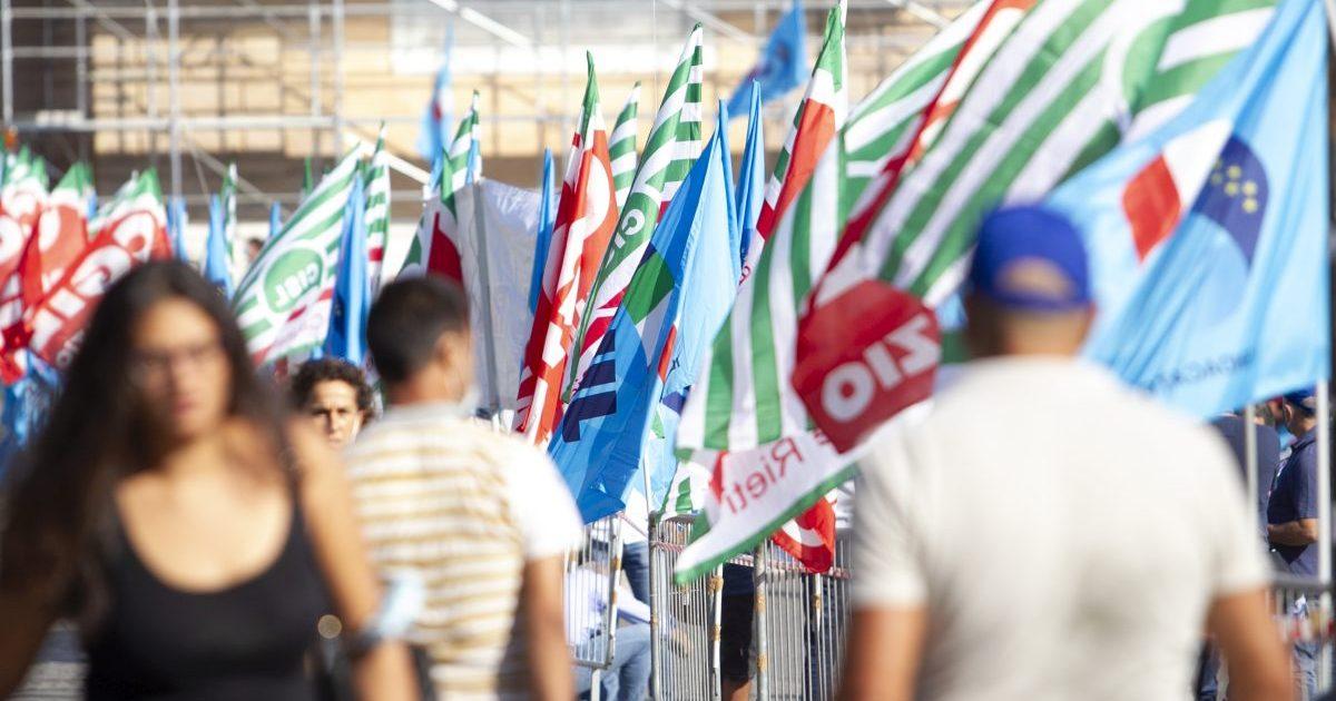 """I sindacati scendono in piazza in diverse città: """"Serve una svolta sul lavoro"""""""