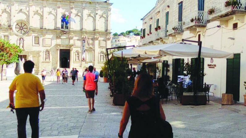 Matera, topi a spasso nelle strade dei turisti