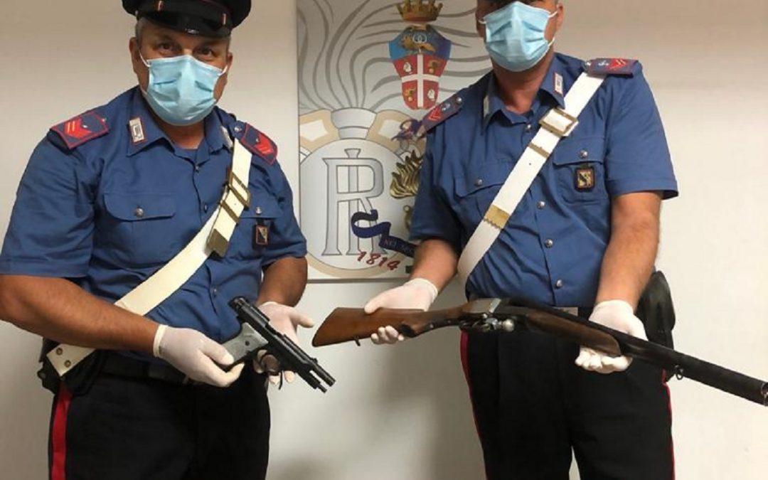 I carabinieri con le armi sequestrate