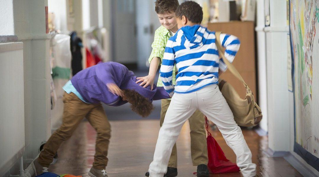 Una scena di violenza tra minorenni