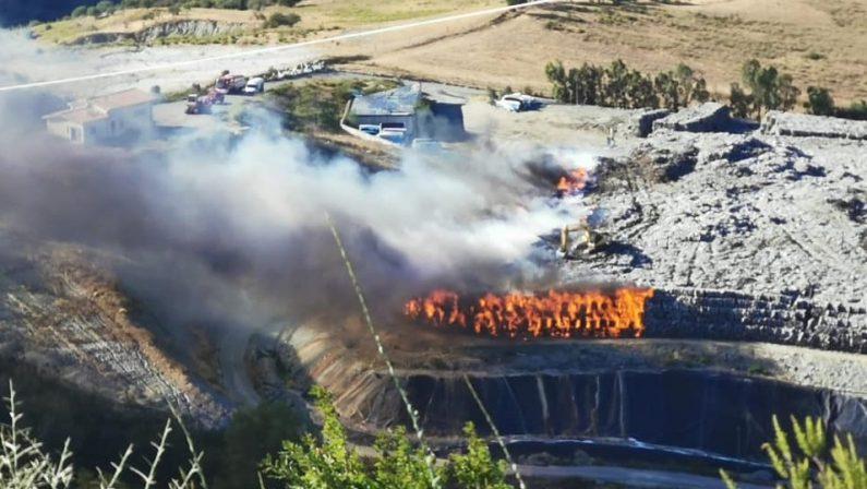 Incendio nella discarica rifiuti di Vetrano. Il sindaco: «Nessuno pensi che possa rimanere aperta»