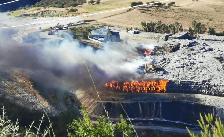 L'incendio nella discarica tra Caccuri e San Giovanni in Fiore