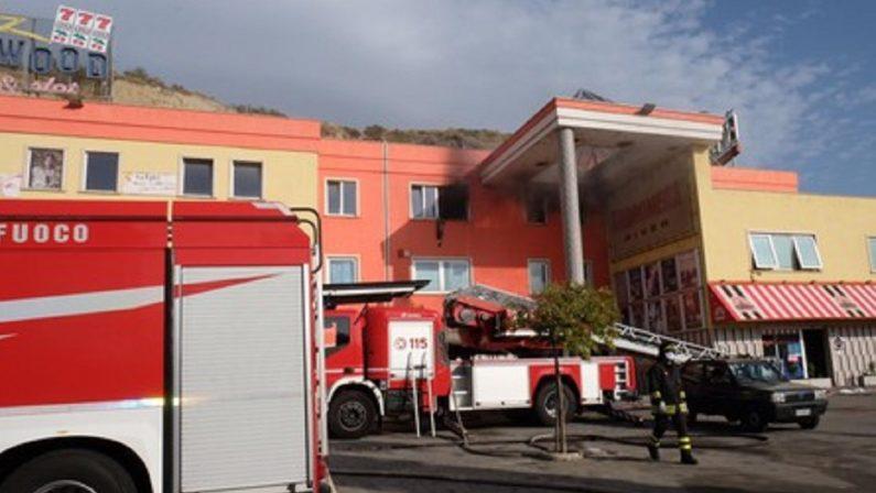 """Incendio nel centro commerciale """"River Village"""" nel Cosentino, indagini in corso"""