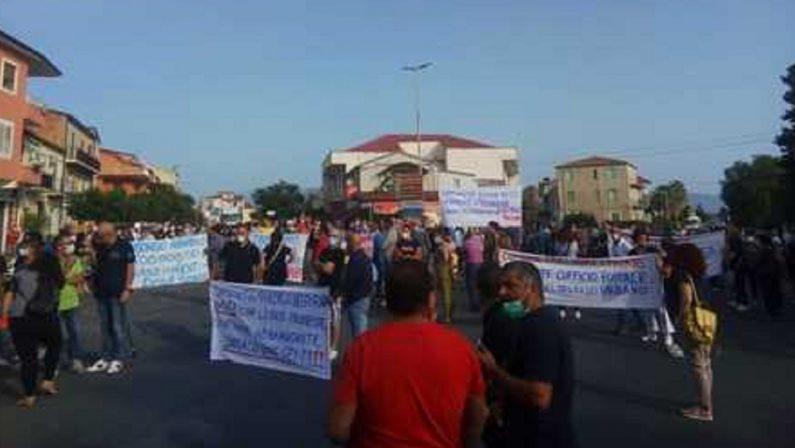 Scuola e poste chiuse, protesta dei cittadini nella frazione Cantinella di Corigliano Rossano