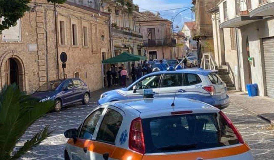 Auto in fila per i tamponi a Stefanaconi durante il primo focolaio a settembre