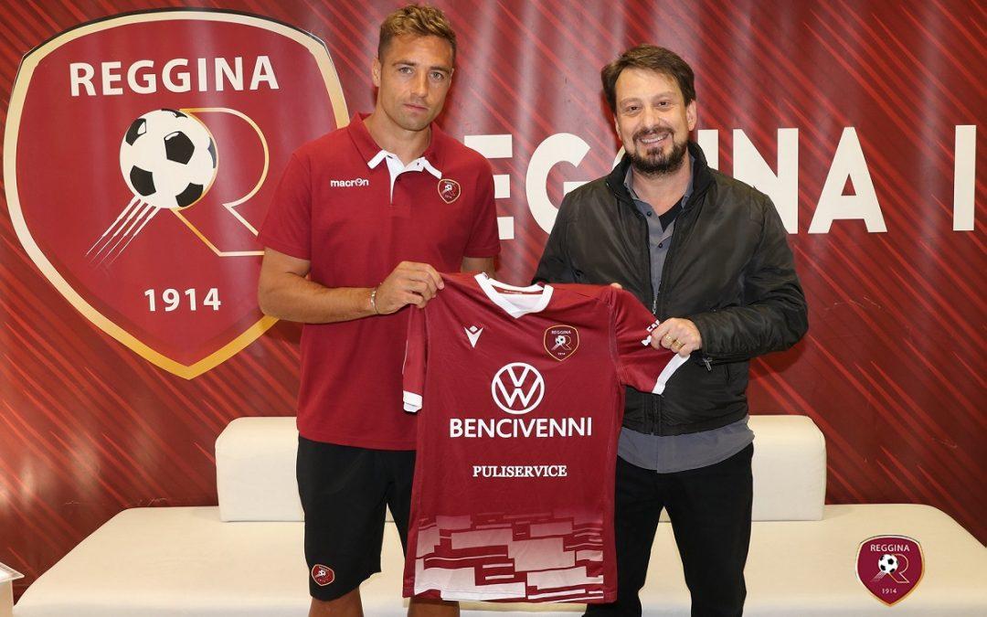 Il presidente Luca Gallo dà il benvenuto a Thiago Cionek (foto dalla pagina Facebook della Reggina)