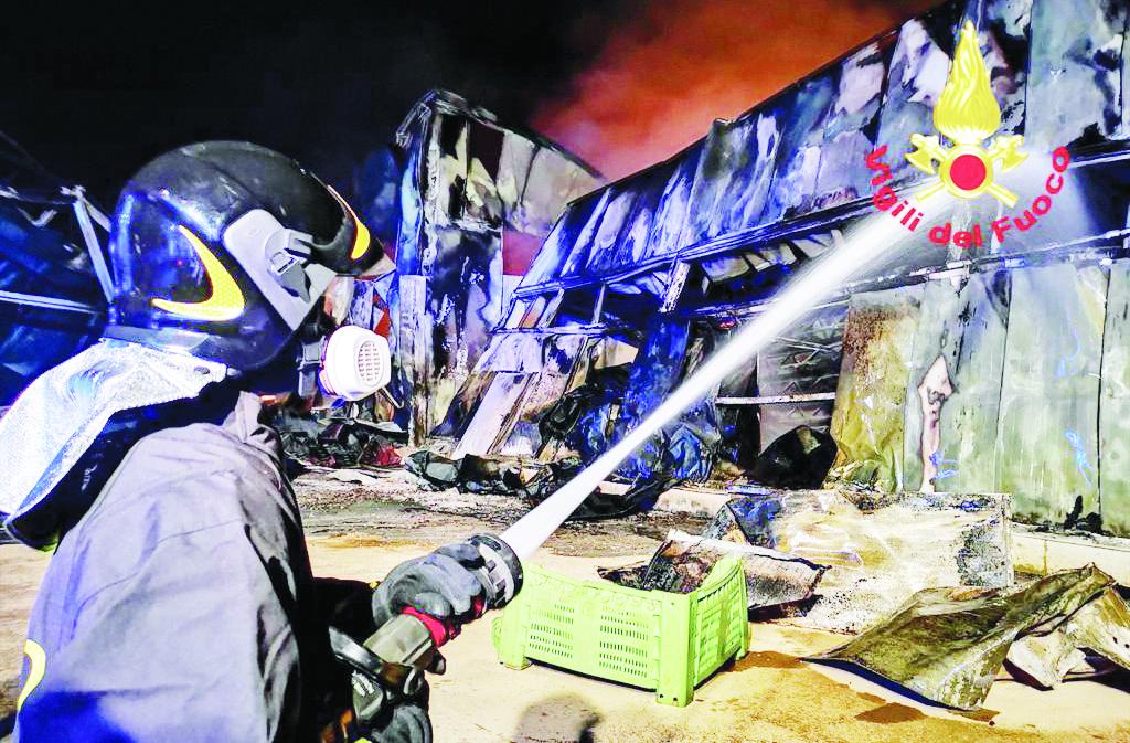 I vigili del fuoco intervenuti per domare l'incendio doloso che ha distrutto lo stabilimento di Palazzo San Gervasio