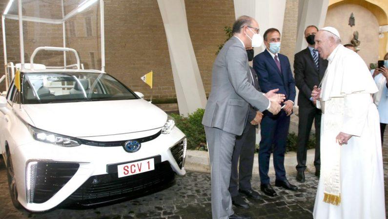 """Toyota. Una """"Papamobile"""" ad idrogeno per il Santo Padre"""