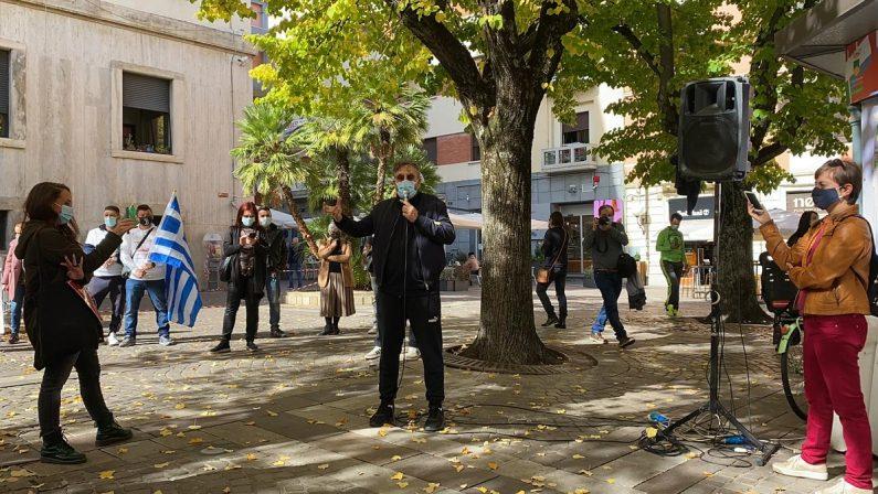 VIDEO - Dario Brunori a Cosenza interviene in piazza durante la manifestazione dei lavori dello spettacolo