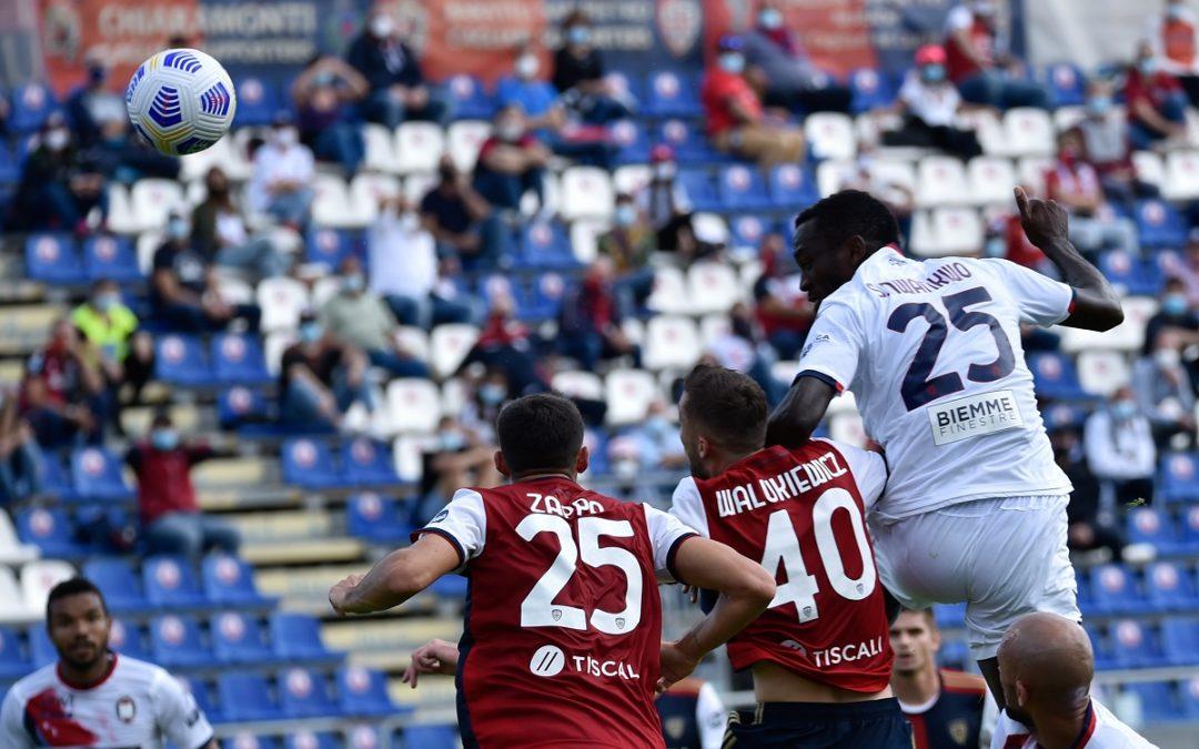 Un colpo di testa di Simy nell'area del Cagliari