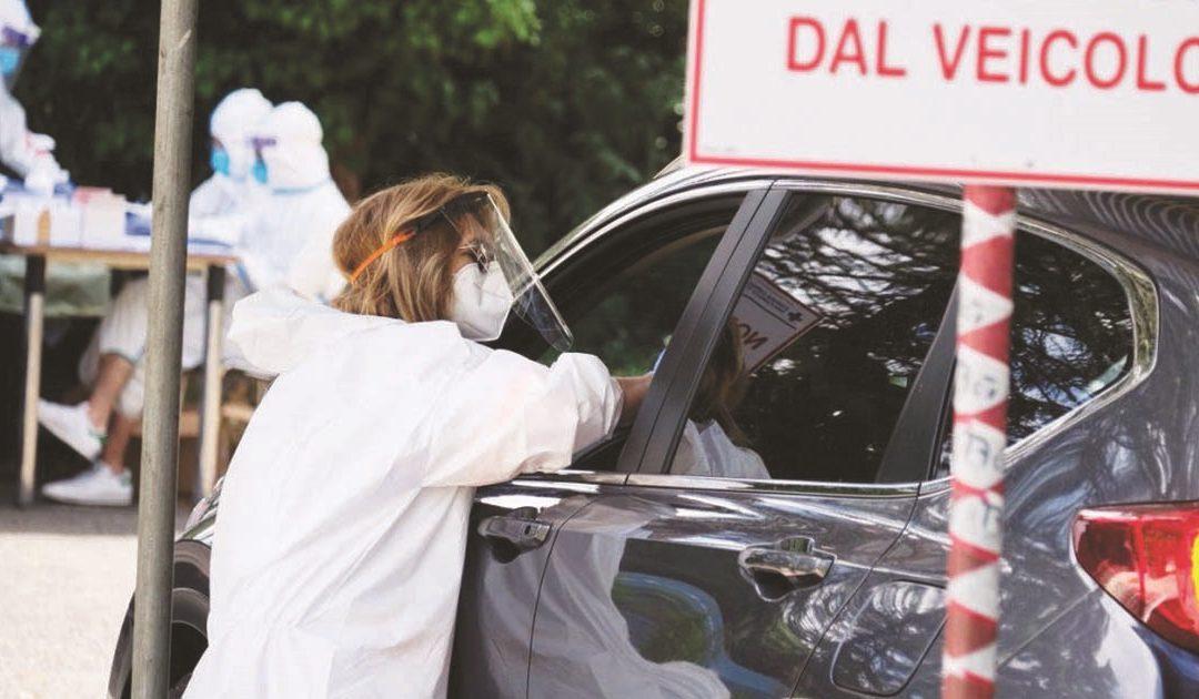 Lunghe attese nei drive in per sottoporsi all'esame del tampone
