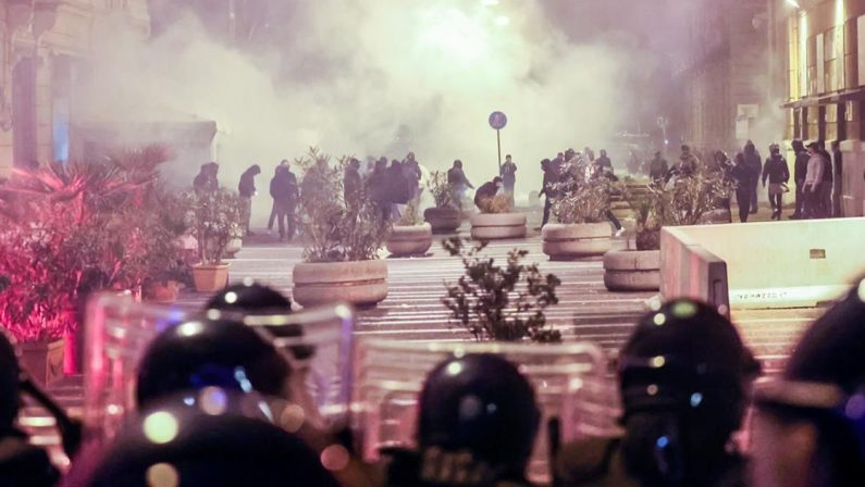 Guerriglia a Napoli, la regia della camorra dietro i disordini e l'assalto al palazzo della Regione