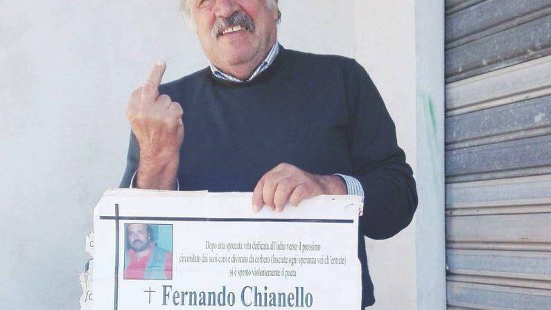 Manifesti funebri annunciano per scherzo la morte di un ex dirigente di Forza Italia. Lui la prende con ironia
