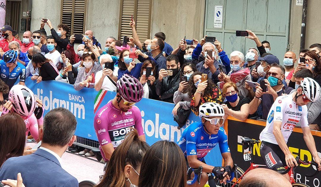 La partenza della tappa calabrese del Giro d'Italia 2020 da Mileto