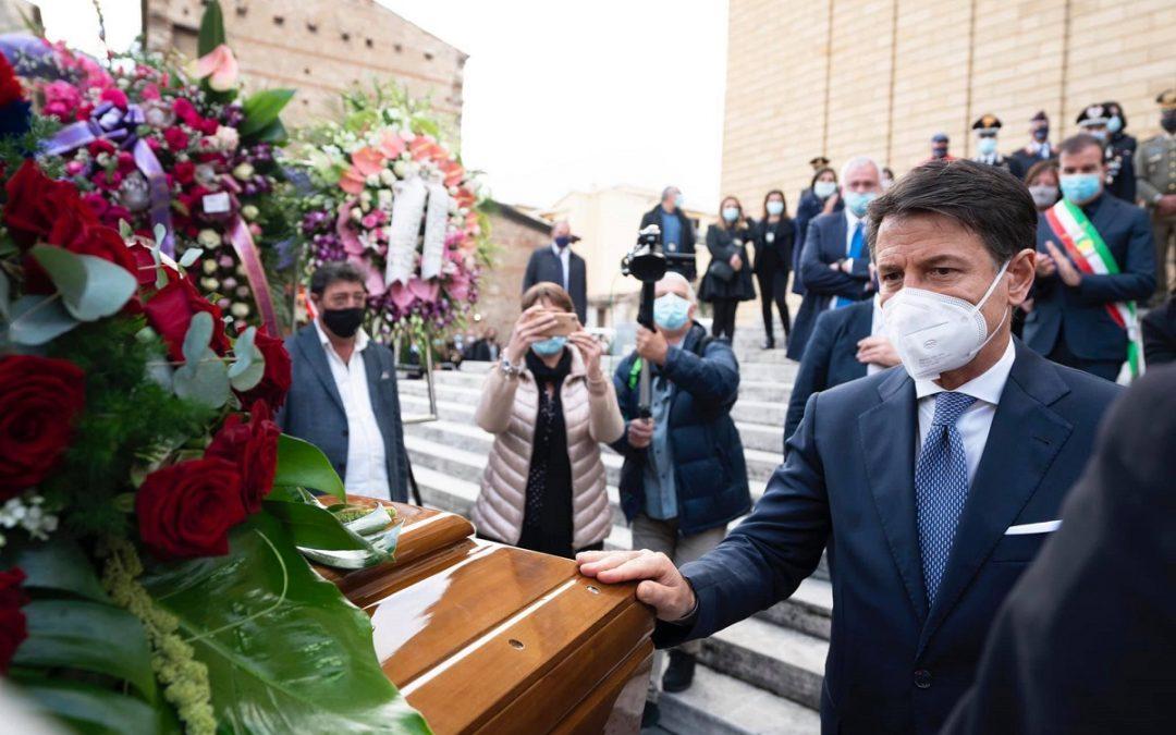 Il presidente del Consiglio Giuseppe Conte tocca il feretro di Jole Santelli alla fine della cerimonia religiosa