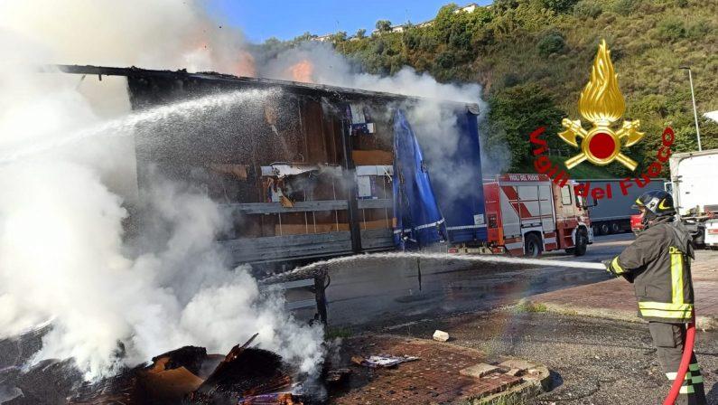 Autocarro adibito al trasporto di carta colpito da un incendio sull'autostrada A2