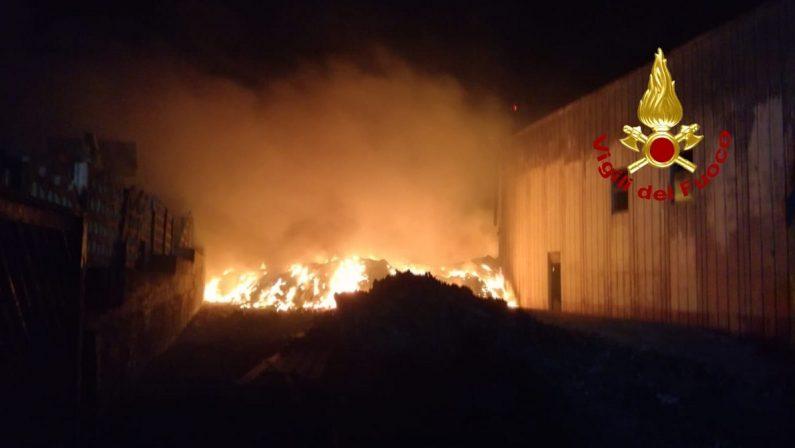 Catanzaro: incendio in un impianto di rifiuti, allarme nella notte alla ditta Ecomanagement di Squillace