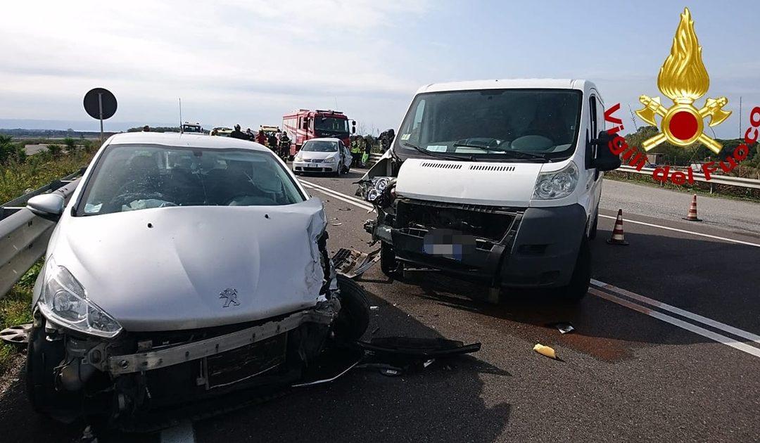 Sei feriti in un incidente stradale a Lamezia: coinvolte due auto e un furgone