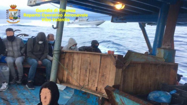 Doppio sbarco di migranti nella notte: circa un centinaio arrivati a Reggio Calabria e a Capo Colonna
